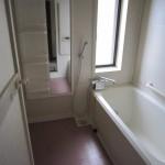 浴室はゆったり足が伸ばせるサイズ